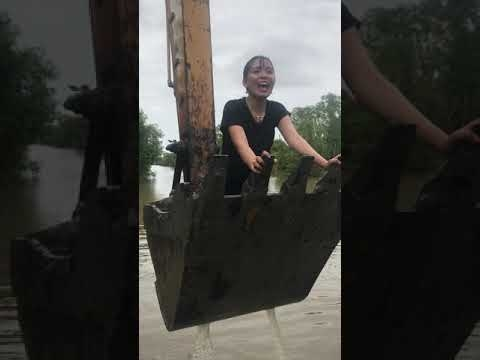 Kaip ekskavatorininkas merginą linksmino