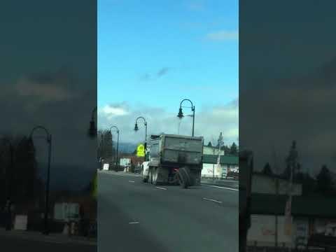 Sunkvežimis pameta porą ratų