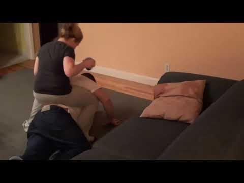 Moteris daro pokštus savo miegančiam vyrui