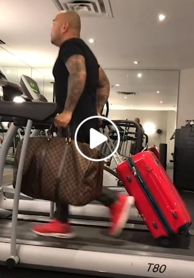 Vyras treniruojasi tempti savo moters lagaminus prieš kelionę