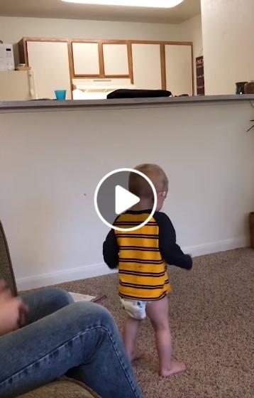 Juokinga vaiko reakcija į tėvo magiją