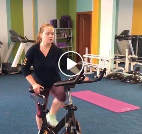 Mergina šokinėja ant pedalų