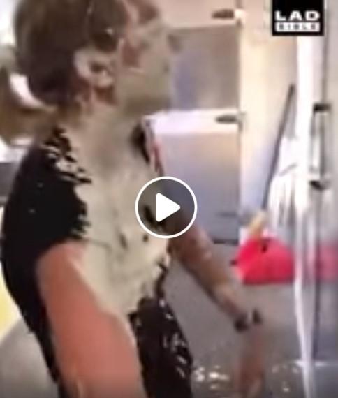 Mergina gauna iš padažo į veidą