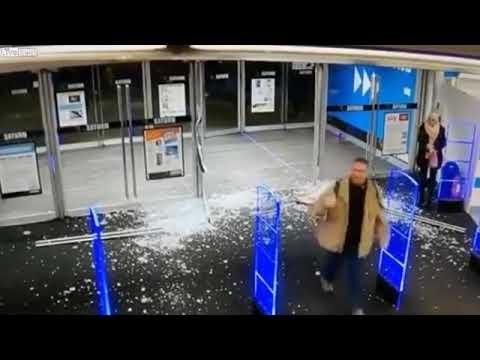 Parduotuvės klientui per stipriai pastūmus duris, jos pavirto stiklo šukėmis