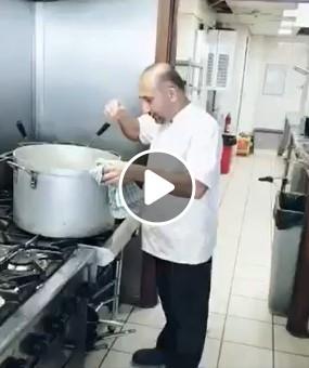 Susikaupęs šefas gamina labai rimtą patiekalą