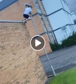 Vaikinas randa daugybę kamuolių ant stogelio
