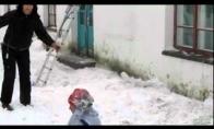 Nelaimės tyko net ir ant stogo :) (1 video)