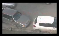 Blondinė parkuojasi 6 kartus į Škodos bamperį