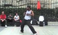 Nerealus gatvės šokėjas Paryžiuje