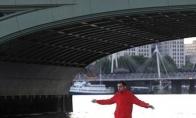Britų iliuzionisto pasivaikščiojimas Temzės upe