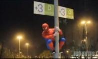 Lenkijos žmogus-voras kovoja su blogiu. O gal ir ne.