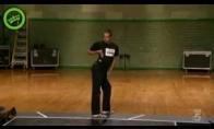 Šokėjas šoka robotų šokį