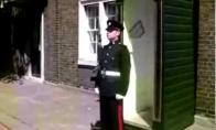 Misija: prajuokinti rūmų sargybinį