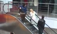 Mergina prieš eskalatorių