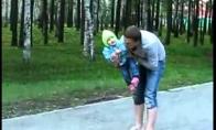 Tėtis ore sugavo vaiką
