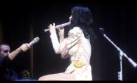 Katy Perry groja fleita