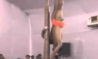 Nerealus Indijos šokėjas aplink stulpą