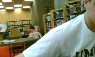 Keista moteris bibliotekoje