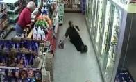 Juokingas girtas žmogus parduotuvėje
