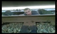 Mirtinas triukas po važiuojančiu traukiniu