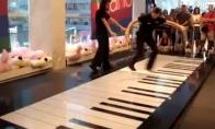 Dvi merginos, vienas pianinas