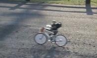 Robotas, gebantis važiuoti dviračiu
