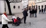 Kūdikis padeda gatvės muzikantui užsidirbti