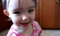 Mažutė mergaitė mokosi kalbėti