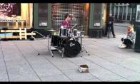 Nerealus gatvės būgnininkas 2