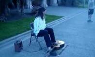 Nerealus gatvės gitaristas