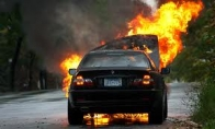 Pastrigėjas po degančia mašina