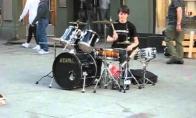 Nerealus gatvės būgnininkas