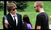 Jaunuolis juodais drabužiais