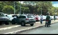 Moteriškė prieš motociklą