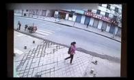 Kiniško šaligatvio praryta mergina