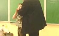 Mokytojas daužo mokinuką