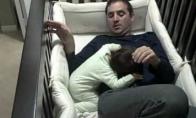 Vaikas miega su tėčiu