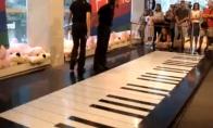 Groti su pianinu, bet su kojomis