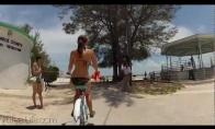 Pusnuogė dviratininkė