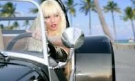 Blondinė ir automobilis