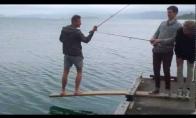 Kas būna, kai žvejoja idiotai