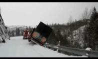 Du sunkvežimiai nusirita nuo didelio kalno