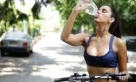 Kas nors paaiškinkit jai, kaip reikia gerti vandenį