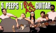 Penki muzikantai, viena gitara
