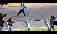 Vyras peršoka važiuojantį Lamborghini