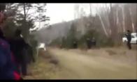 Nelaimingas automobilio skrydis per trampliną
