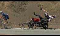 Motociklinkas kaip kėglius varto dviratininkus