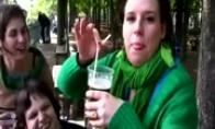 Omg, moteris geria alų per ausį.