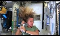 Kaip išsiplauti galvą kosmose?