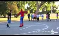 Žmogus-voras tyčiojasi iš paprastų mirtingųjų